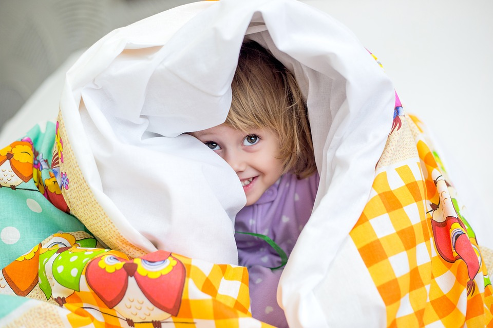 holčička pod dekou