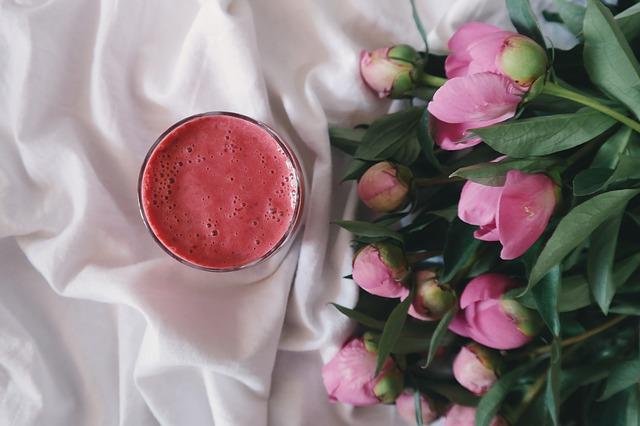 červené smoothie, květiny