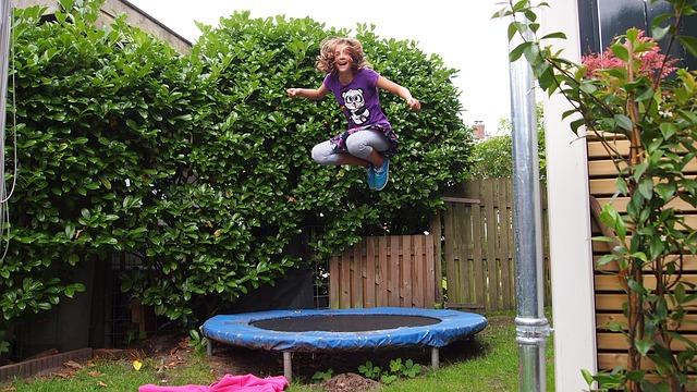 trampolína v zahradě