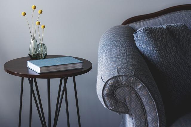 vázičky a kniha na stolku.jpg