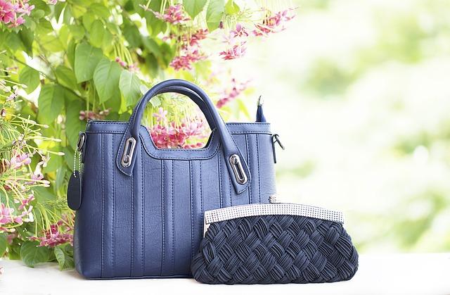 kabelky pod květinou