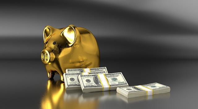 zlaté prasátko a čtyři paklíky bankovek.jpg