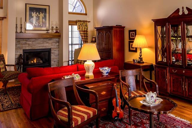 obývací pokoj osvětlený několika lampami