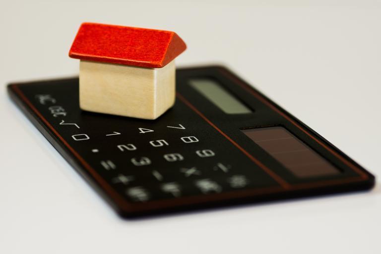 kalkulačka a na ní domeček