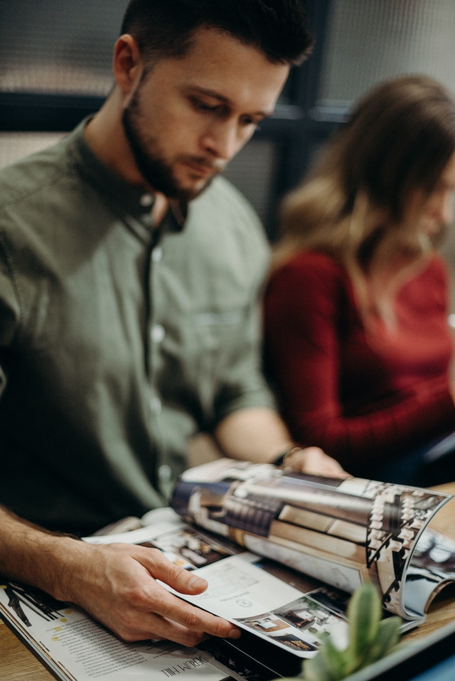 muž, který čte magazín